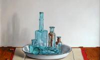 Rob Møhlmann, Oude flesjes in emaillen schaal, olieverf op paneel, 30 x 40 cm