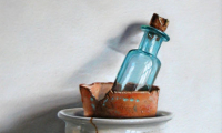 Rob Møhlmann, Stapeling met blauw flesje, olieverf op paneel, 20 x 15 cm
