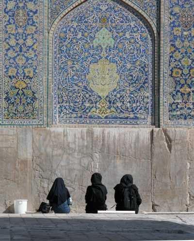 Drie kunststudentes in de Imam Moskee in Isfahan