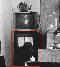 Onder het zwart-wit teeveetje met oude theepot is in de spiegelende deur van de audio-set het gebogen hoofd van de hurkende fotograaf Louis te zien.