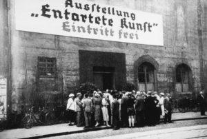 Hier zien we de uiterst verderfelijke poging van verliezer Adolf Hitler om de moderne kunst eerst als 'ontaard' te kijk te zetten en vervolgens uit te roeien (1937). Ondertussen beroofde hij met zijn trawanten Europa van al haar klassieke kunst.