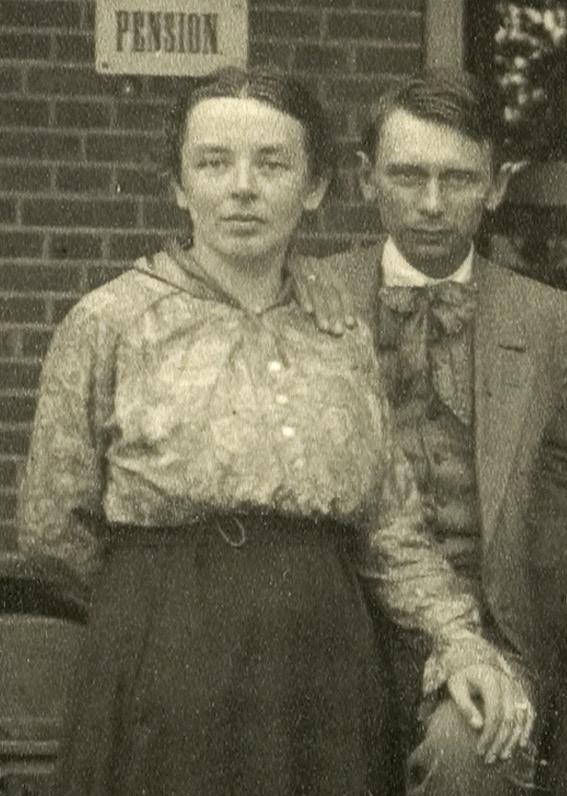 Detail van een 'Zernike-familiefoto' uit ca. 1915, kort nadat Jan en Annie getrouwd waren.