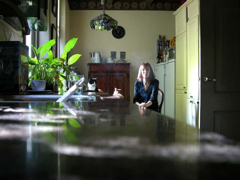 Laura, na opmaak in de keuken, wachtend op haar optreden in Museumgasten
