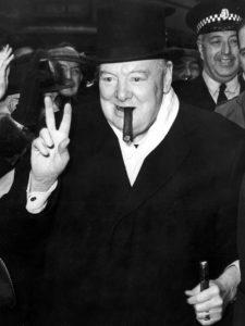 Winston Churchill maakt het bekende 'V-teken' voor Victorie en gelukkig: de geallieerden zouden WO II ook winnen.